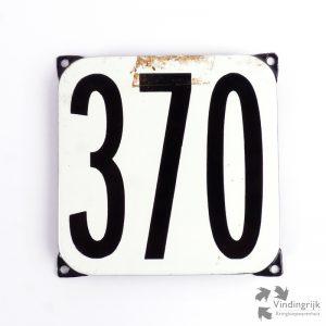 Vintage huisnummerplaatje # 370. Het plaatje heeft een voorkant van emaille in zwart-wit en het staal heeft een dikte van 1 mm.