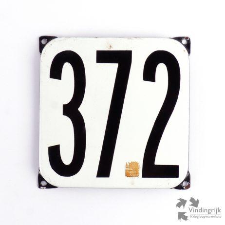 Vintage huisnummerplaatje # 372. Het plaatje heeft een voorkant van emaille in zwart-wit en het staal heeft een dikte van 1 mm.