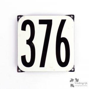 Vintage huisnummerplaatje # 376. Het plaatje heeft een voorkant van emaille in zwart-wit en het staal heeft een dikte van 1 mm.