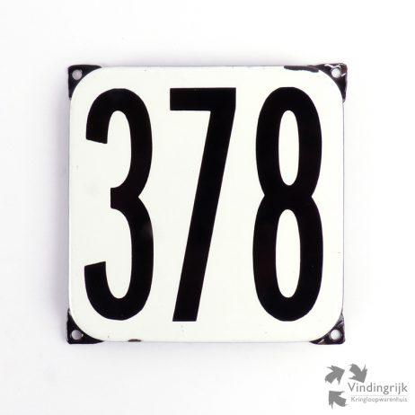 Vintage huisnummerplaatje # 378. Het plaatje heeft een voorkant van emaille in zwart-wit en het staal heeft een dikte van 1 mm.