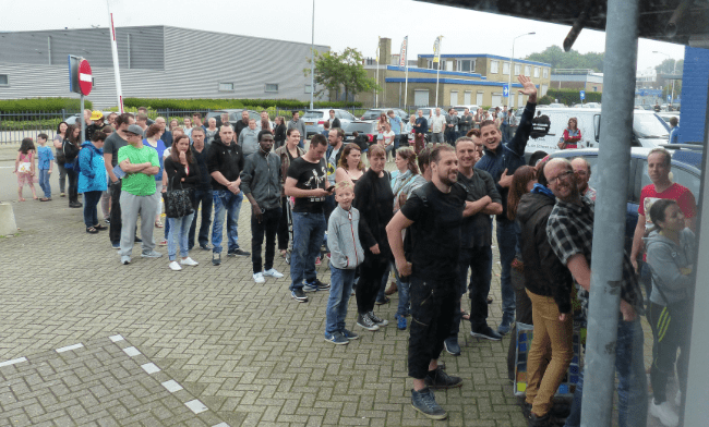 Een lange rij met enthousiaste gameliefhebbers
